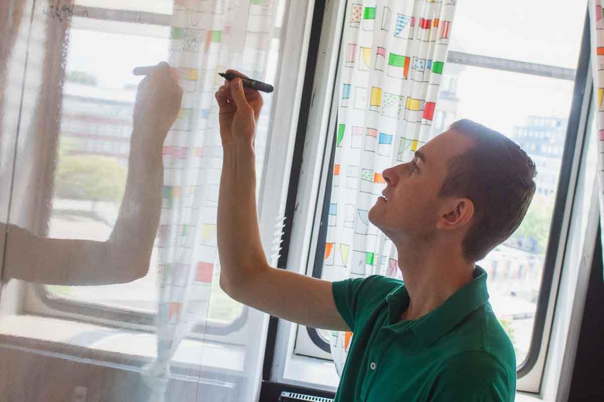 Frederik Schafmeister schreibt an Whiteboard