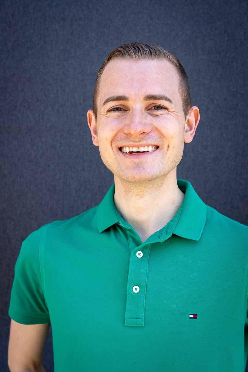 Frederik Schafmeister im grünen Shirt - Portrait