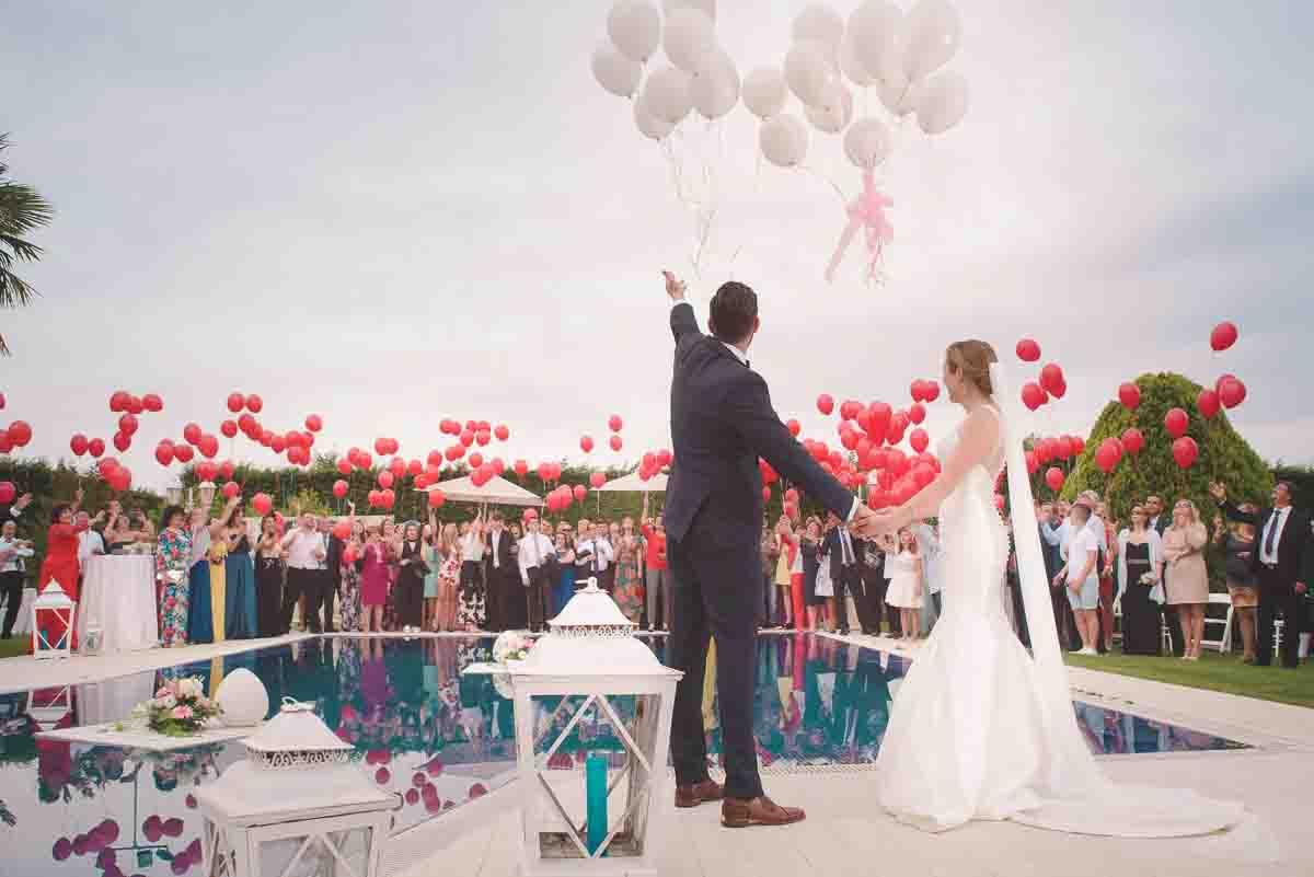 Hochzeitsfoto mit Luftballons, wie sie auf Pinterest typisch sind