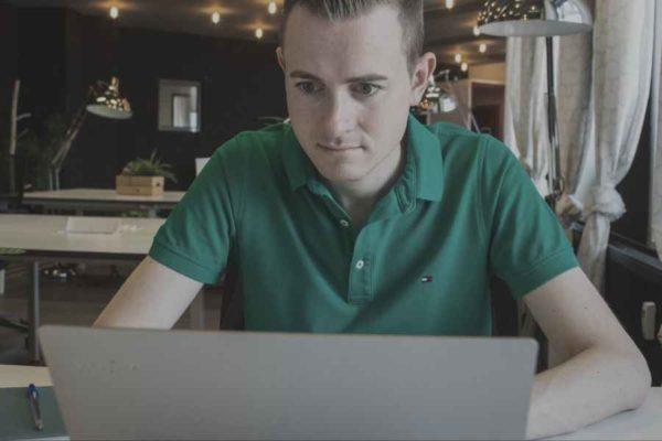 Frederik Schafmeister am Laptop bei der Story-Erstellung