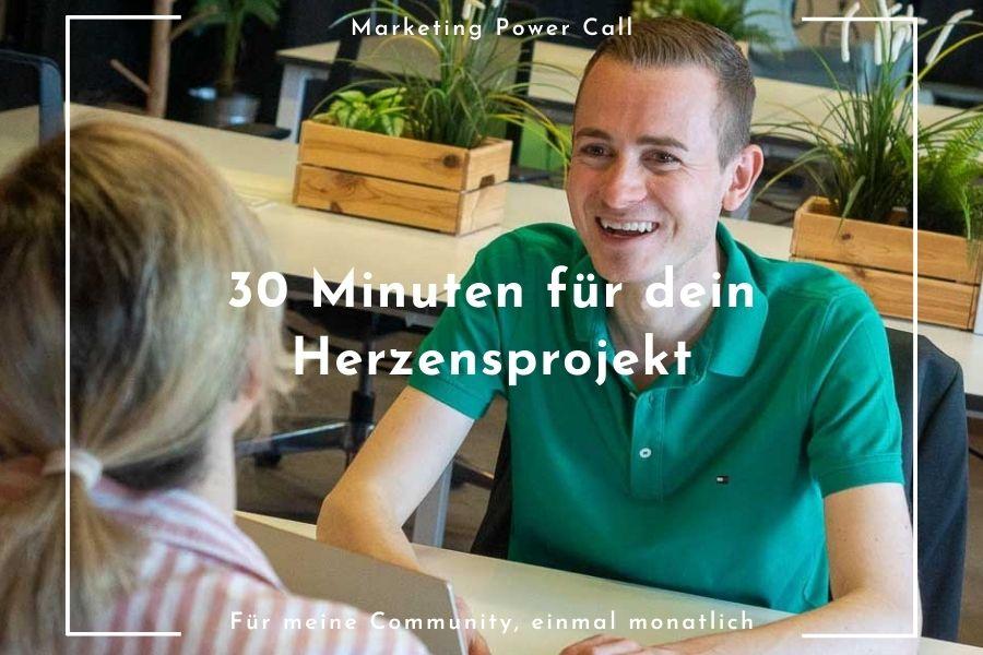 Frederik Schafmeister im Büro mit Kundin beim Direkthilfe-Gespräch