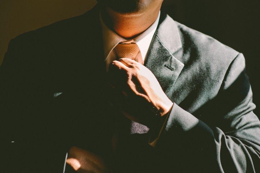 Mann in dunklem Anzug ohne Gesicht
